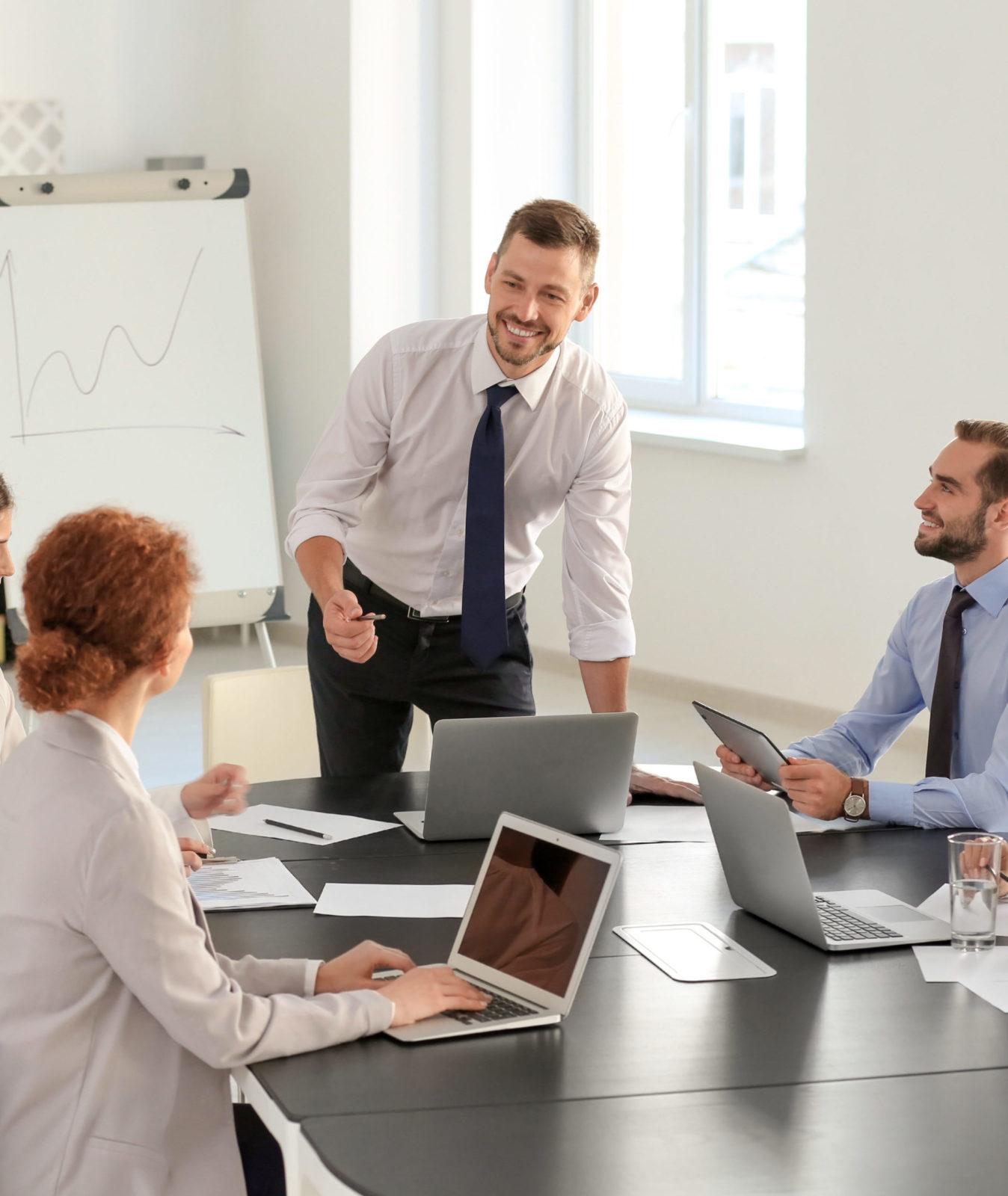 homme présentant un projet devant des collègues
