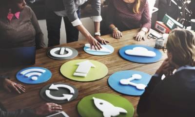 Logos sur une table