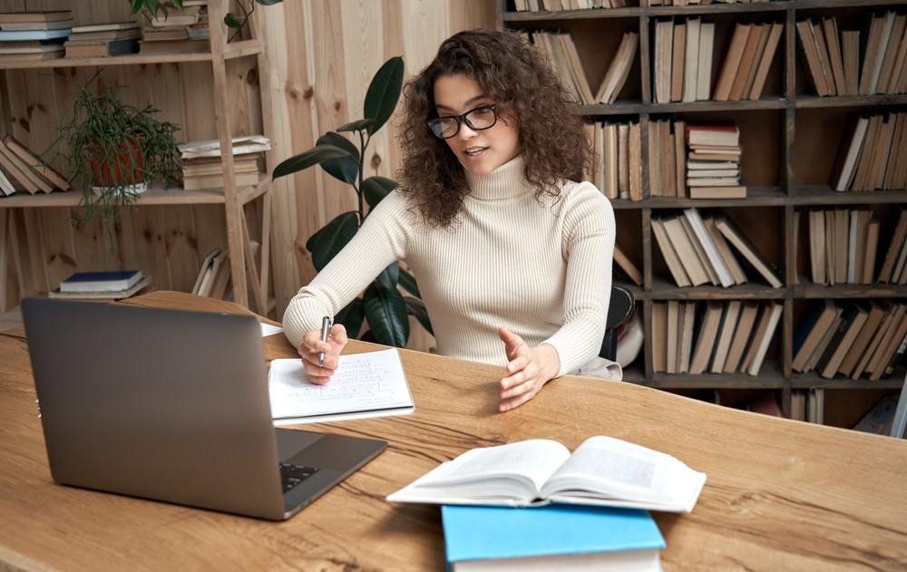 jeune femme travaillant devant son ordinateur